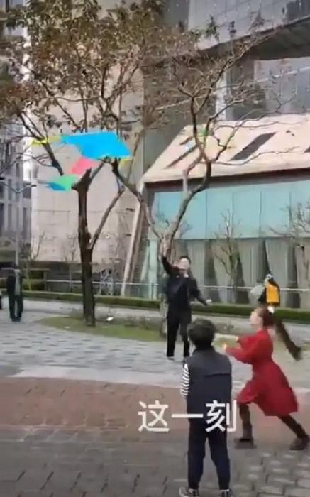 汪小菲和儿女一起放风筝,画面温馨!